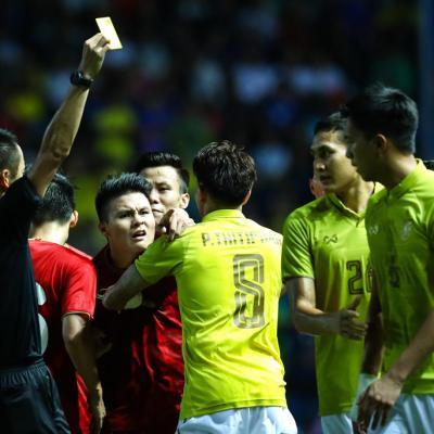 Công Phượng bị chơi xấu, Quang Hải nổi giận chỉ tay vào mặt đối thủ