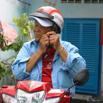 73 tuổi, cụ bà chạy xe ôm kiếm tiền nuôi cháu trai ước mơ thành streamer
