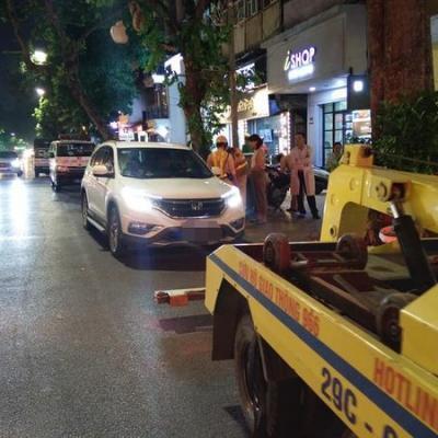 Tài xế dừng ô tô say ngủ giữa phố Hàng Bài, CSGT huy động cứu hộ