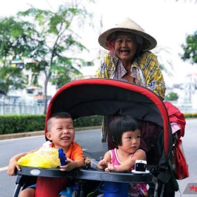 Ba bà cháu đi bán vé số khắp Sài Gòn: 'Sau này Ngoại mất, Chó và Mèo chịu mồ côi dùm chút nghen!'